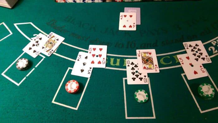 Aprender el diseño de la mesa de Blackjack del juego de cartas popular