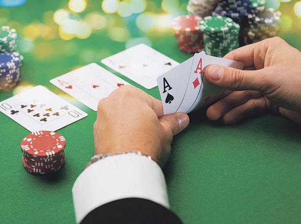 ¿Qué es mucking en el póker?